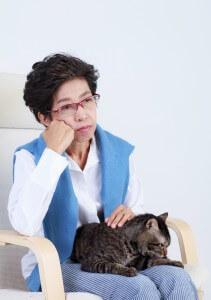 悩む女性と猫